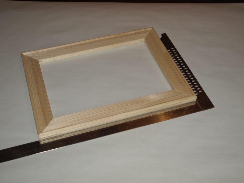 Mit Hilfe Eines Winkels Oder Einer Tischecke Den Fertigen Rahmen Im  90° Winkel An Den Ecken Ausrichten.